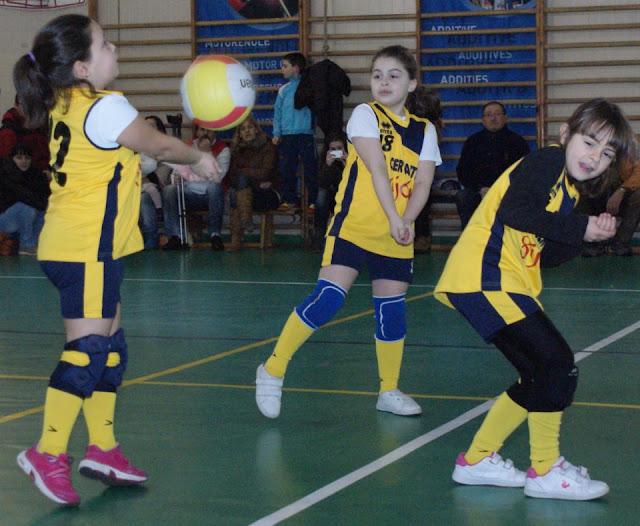 Trío de jugadoras del Miguel de Cervantes Benjamín C en pleno partido