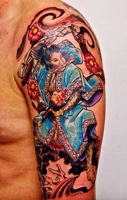 tatuagens de samurai no braço com guerreira tatuada
