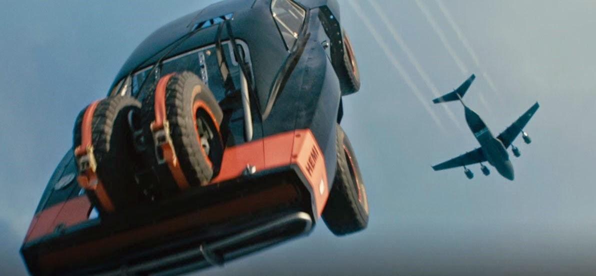 Velozes e Furiosos 7 | Vídeo inédito mostra como a produção filmou salto de paraqueda dos carros
