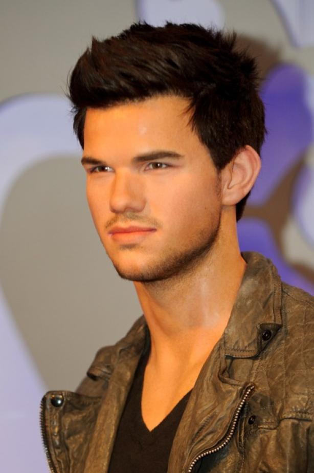 Taylor Lautner: a statue that makes us melt ...