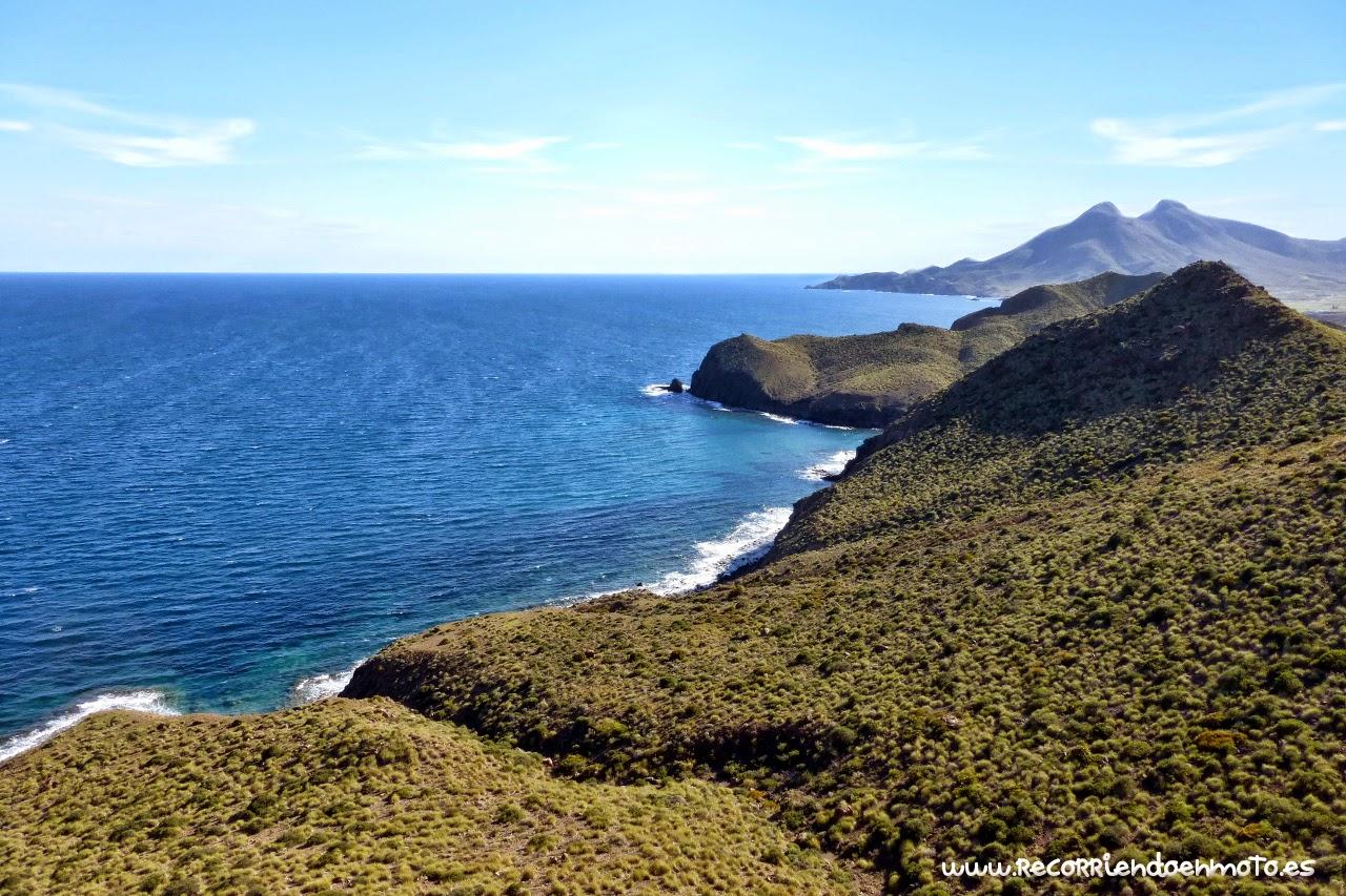 Acantilados de la sierra del P.N. del Cabo de Gata sobre el mar