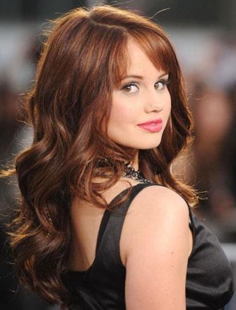 Debby Ryan Yana Ayrılmış Dalgalı Saçlarının Arkadan Görüntüsü