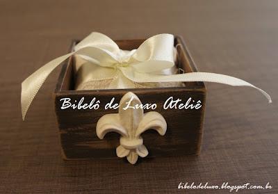 CAIXA DE MDF EM PATINA MARROM | BIBELÔ DE LUXO ATELIÊ - bibelodeluxo.blogspot.com.br :: lembrancinha para casamento, aniversário, caixinha para bem casado, decoração, castiçal, flor-de-lis.