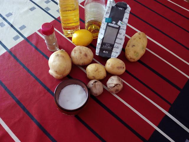 Patatas fritas con mayonesa de ajo negro y pimienta