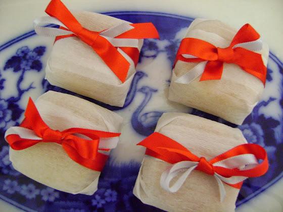 chocolatinho embrulhado em papel crepom