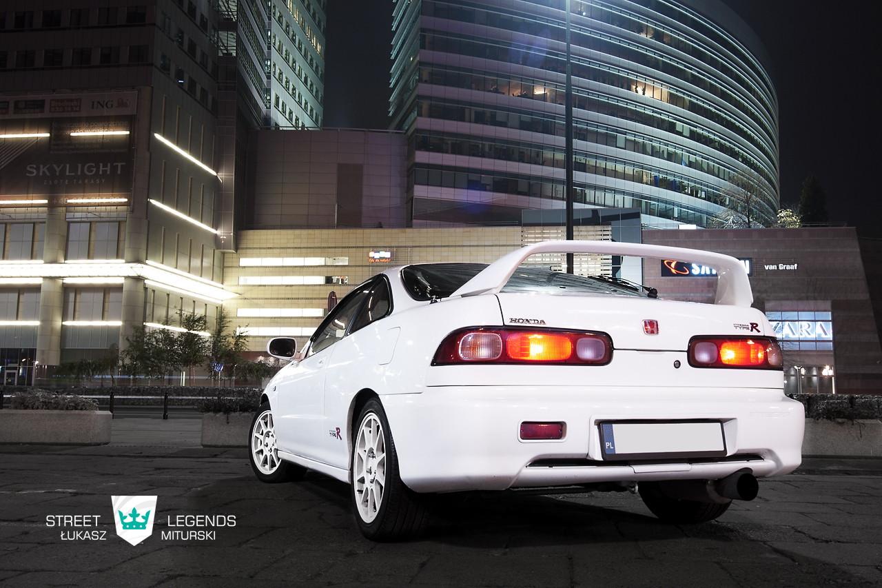 Honda Integra Type R (DC2). Przednionapędowe coupe z wysokoobrotowym silnikiem. VTEC is kicking in yo. Typowa Honda. Zdjęcia samochodów nocą.