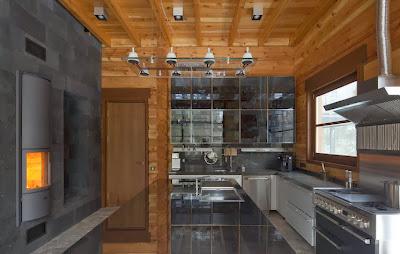 Diseño de moderna cocina en casa de madera