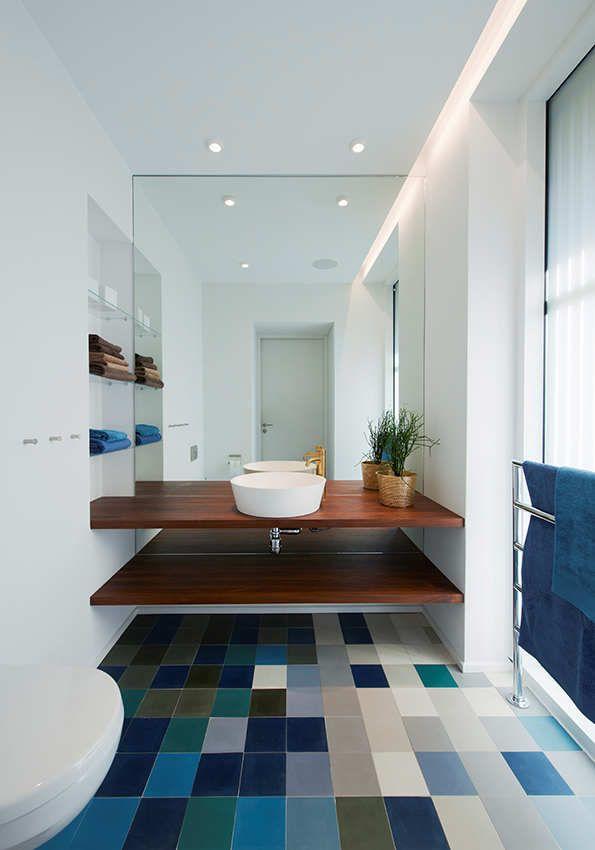 banheiro com piso colorido em tons de azul