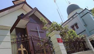 Toleransi Agama Masjid dan Gereja Saling Berbagi Tembok