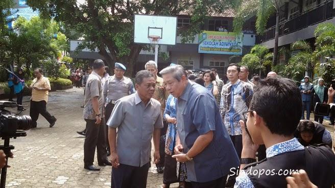 SBY saat berbincang hangat di halaman SMPN 1 Pacitan
