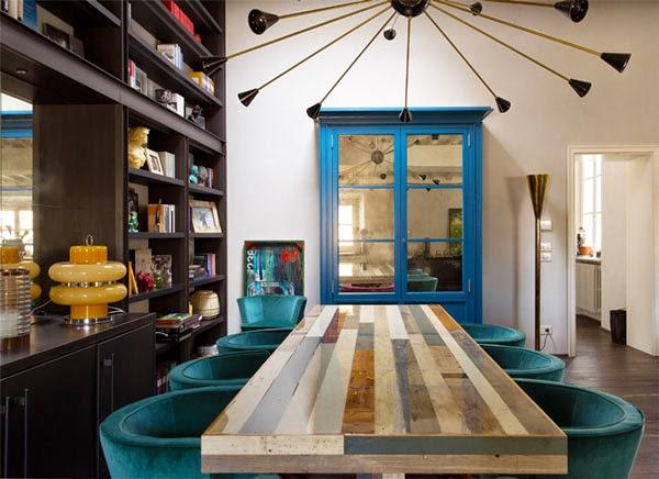 decoración comedor mesa madera y sillas teriopelo azul vitrina con espejo