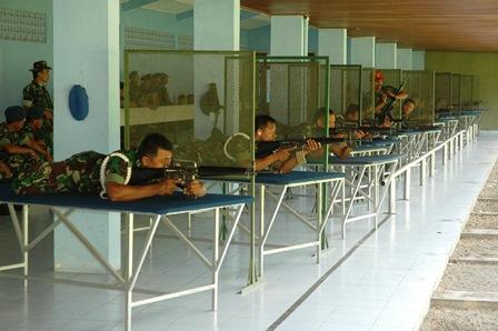 Antap AAU Latihan menembak di Lapangan Tembak Astra Krida AAU saat pelaksanaan Minggu Militer, Rabu (28/11).