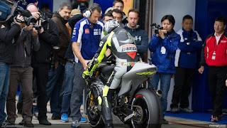Foto-Yamaha-YZR-M1-Valentino-Rossi_4