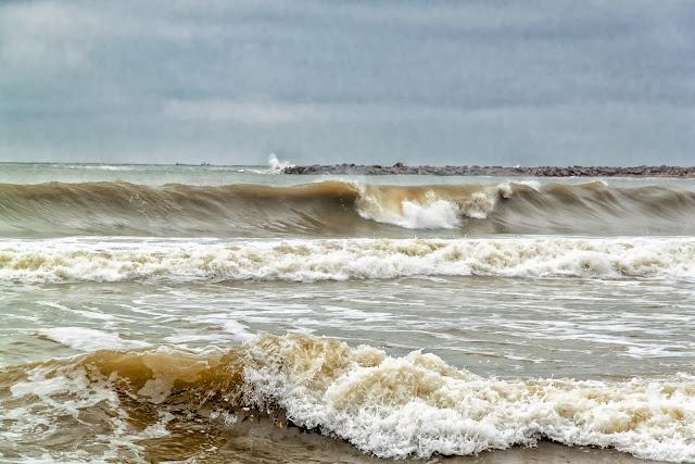 Olas susecivas  llegando a la playa en Mar del Plata