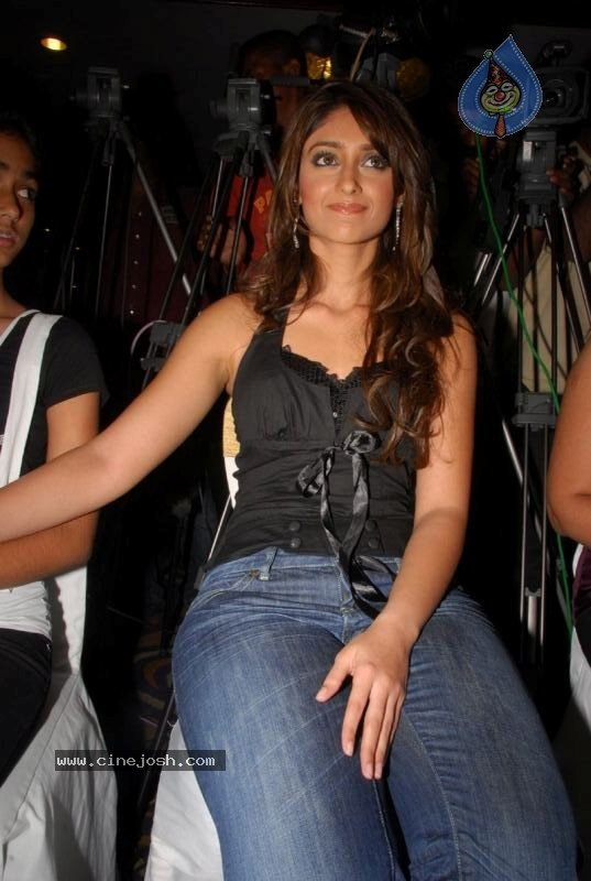 Babes from Hollywood to Bollywood: Ileana D'çruz in tight jeans