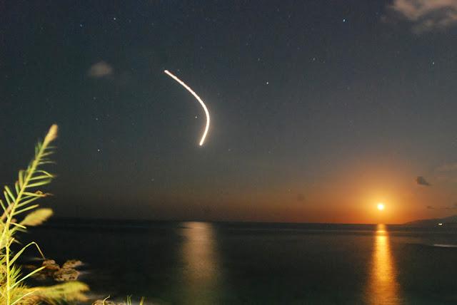 Бортовые огни самолета, заходящего на посадку, Херсонисос, Крит. Hersonissos, Crete