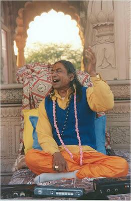 Jagadguru Kripaluji Maharaj singing Bhajo Giridhar Govind Gopala