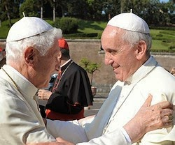 Benedicto XVI y Francisco.