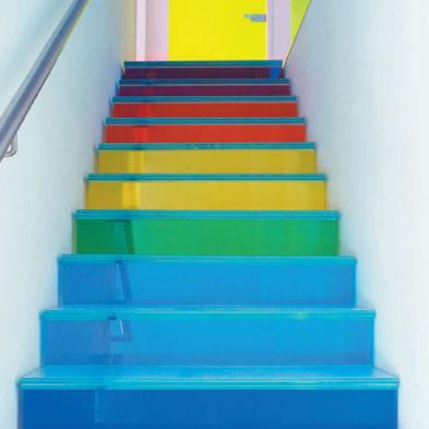 C mo pintar las escaleras del hogar decoguia tu gu a for Colores de marmol para escaleras