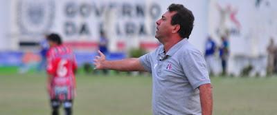 Zé Teodoro mudou a formação da equipe para o 3-5-2, mas isso não foi o suficiente para conseguir a primeira vitória fora de casa