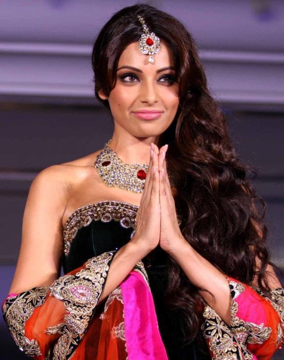 Bollywood Latest Fashion Bipasha Basu Walked Ramp At