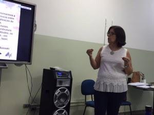 Cândida Abes, aluna do curso de especialização em audiodescrição, capacita professores