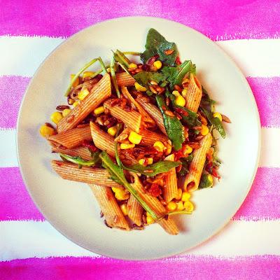 Sałatka makaronowa z prażonym słonecznikiem, rukolą, suszonymi pomidorami i kukurydzą