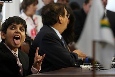 Filho de Jader Barbalho mostra a língua e faz chifrinho