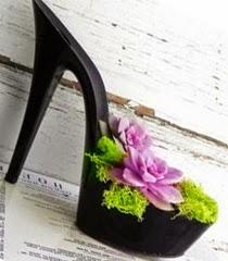 Саксии с цветя от старите обувки