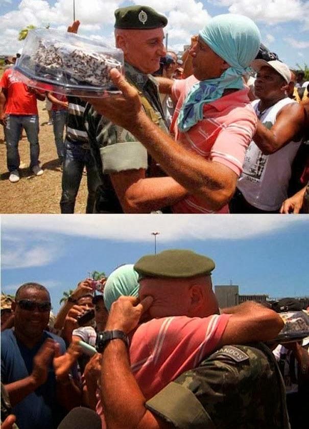 Демонстранты в Бразилии принесли торт для полицейского, у которого был день рождения.