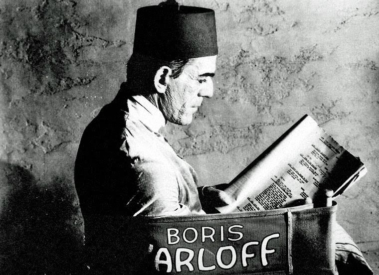 Boris Karloff lernt seine spärlichen Dialogzeilen für DIE MUMIE (1932). Quelle: Universal