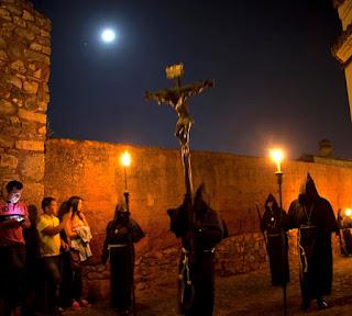 """Nuestro plan este viaje a era ir al parque natural Monfrague y el monasterio de la Virgen de  Guadalupe pero estas visitas deberán esperar. Oyendo la fascinante historia del Cristo Negro  comprendo que la """"casualidad"""" está brindando  una oportunidad única que hay que aprovechar."""