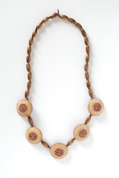 Collana legno e bottoni