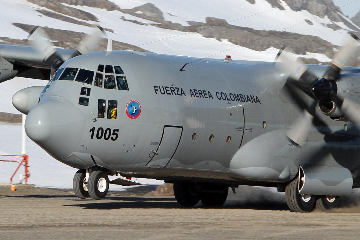 C-130 Hércules (FAC1005) de la Fuerza Aérea Colombiana, aterrizando en suelo antártico por primera vez.