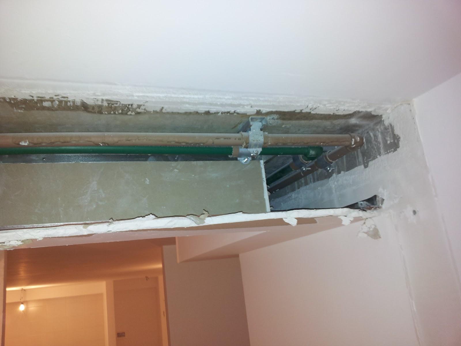 Dente de gesso no corredor onde fica escondida a tubulação #975E34 1600 1200