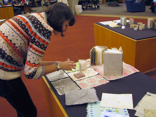 A students sets up books and paper on a table