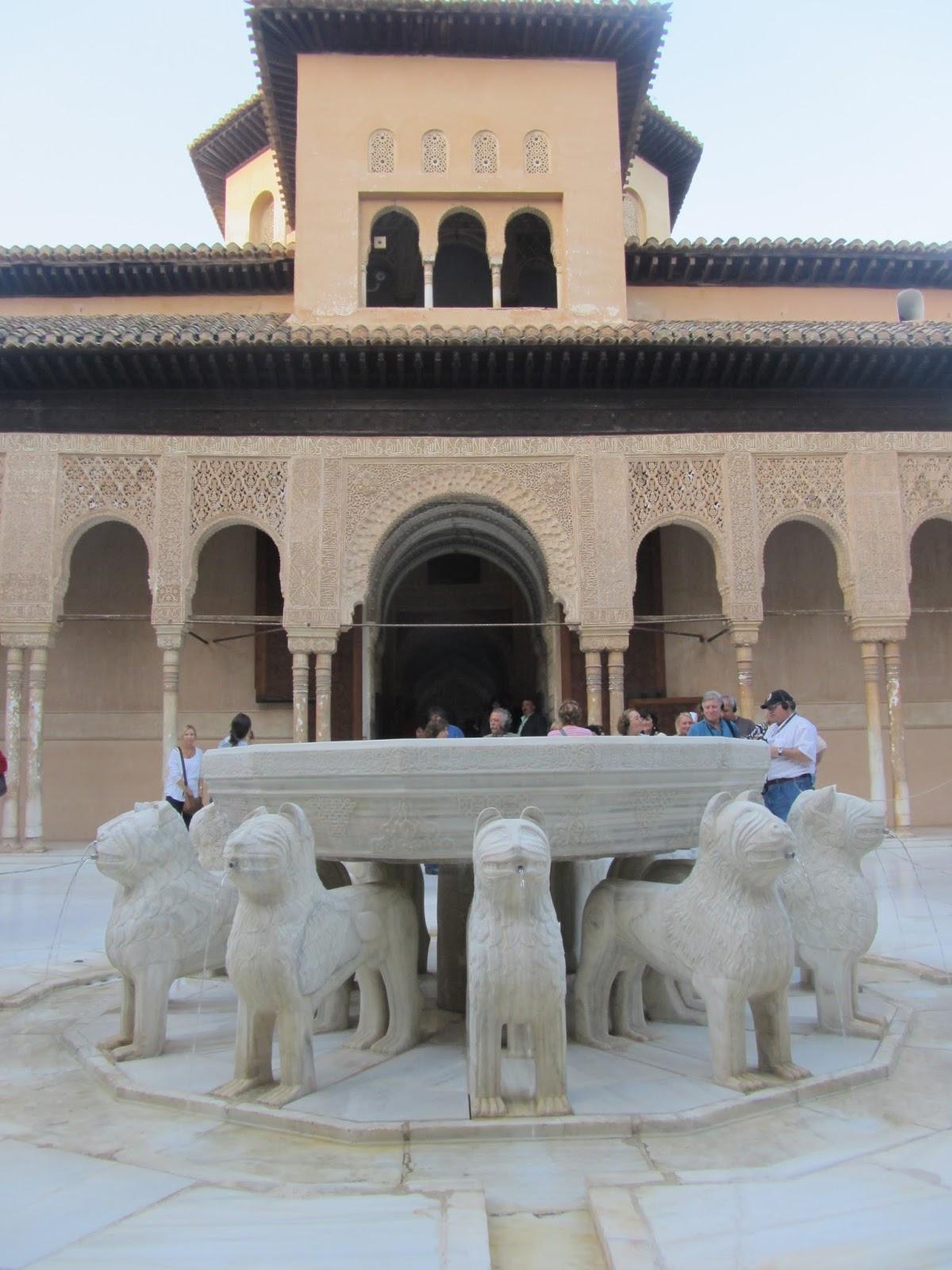 La Alhambra (Granada, España) es un conjunto monumental enorme, formado por un conjunto de Palacios y Fortaleza.