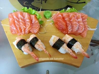 Kyuden Sushi: Sashimi de Salmão e Niguiri de Camarão