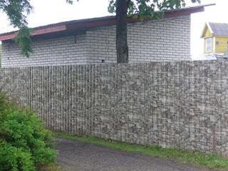 Забор из профлиста под дерево, камень. Фото 9