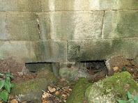 Detall de la boca del cup o rampa, que estava protegida per una reixa per tal d'evitar l'entrada de troncs i branques al carcabà