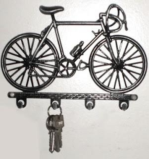 Porta chaves em metal em formato de bicicleta.