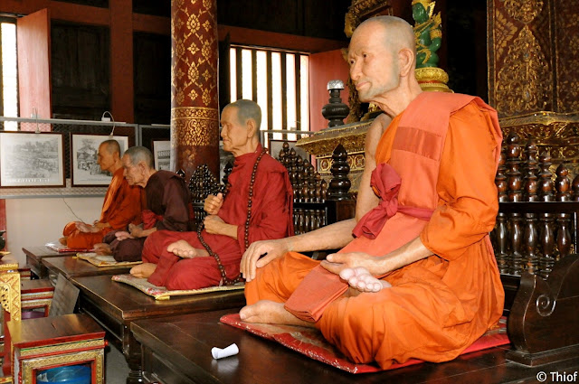 Wat Phra Singh, moines en cire