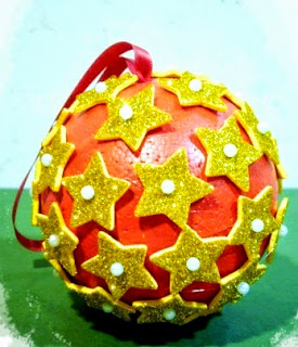 http://www.zonamanualidades.com/2013/12/16/tutorial-arbol-y-bola-de-navidad-de-goma-eva/