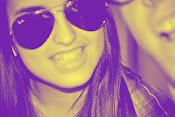 Cualquier persona nos puede hacer sonreír, pero no todo el mundo nos puede hacer felices .