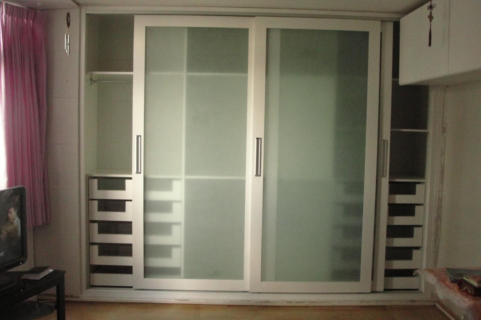 de vidro jateado fica no nosso quarto tem montes de gavetas #7E754D 1600x1066