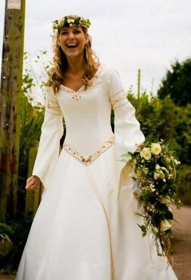Medieval bride the wedding dress of the month for Medieval style wedding dress