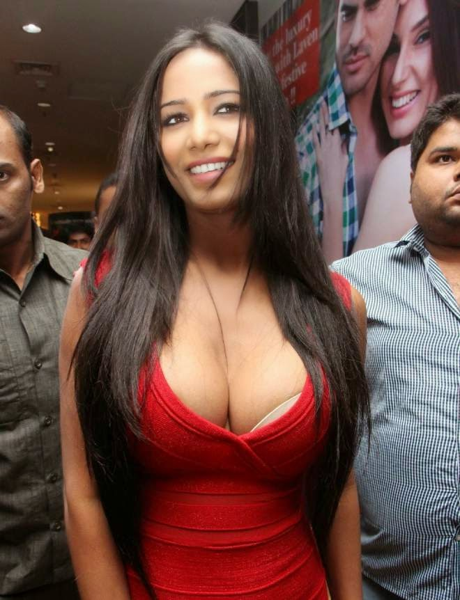 Poona Pandey Deep Massive Cleavage Picture