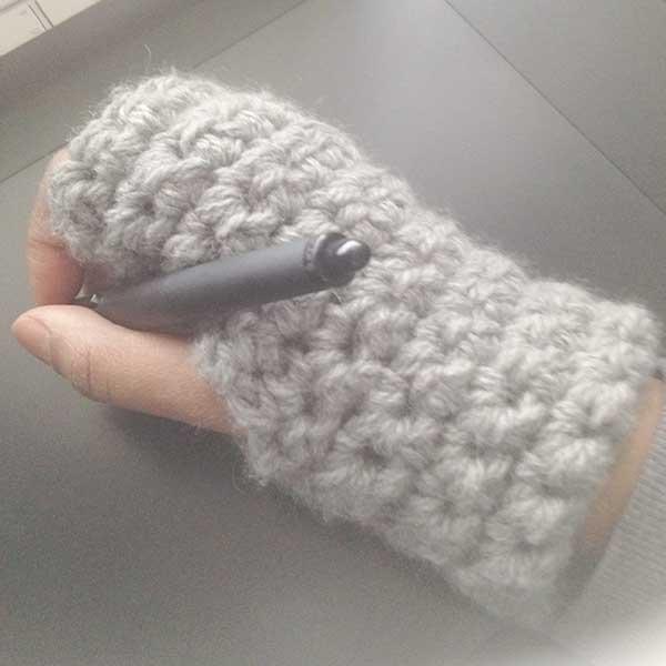 Mitaine en laine grise au crochet