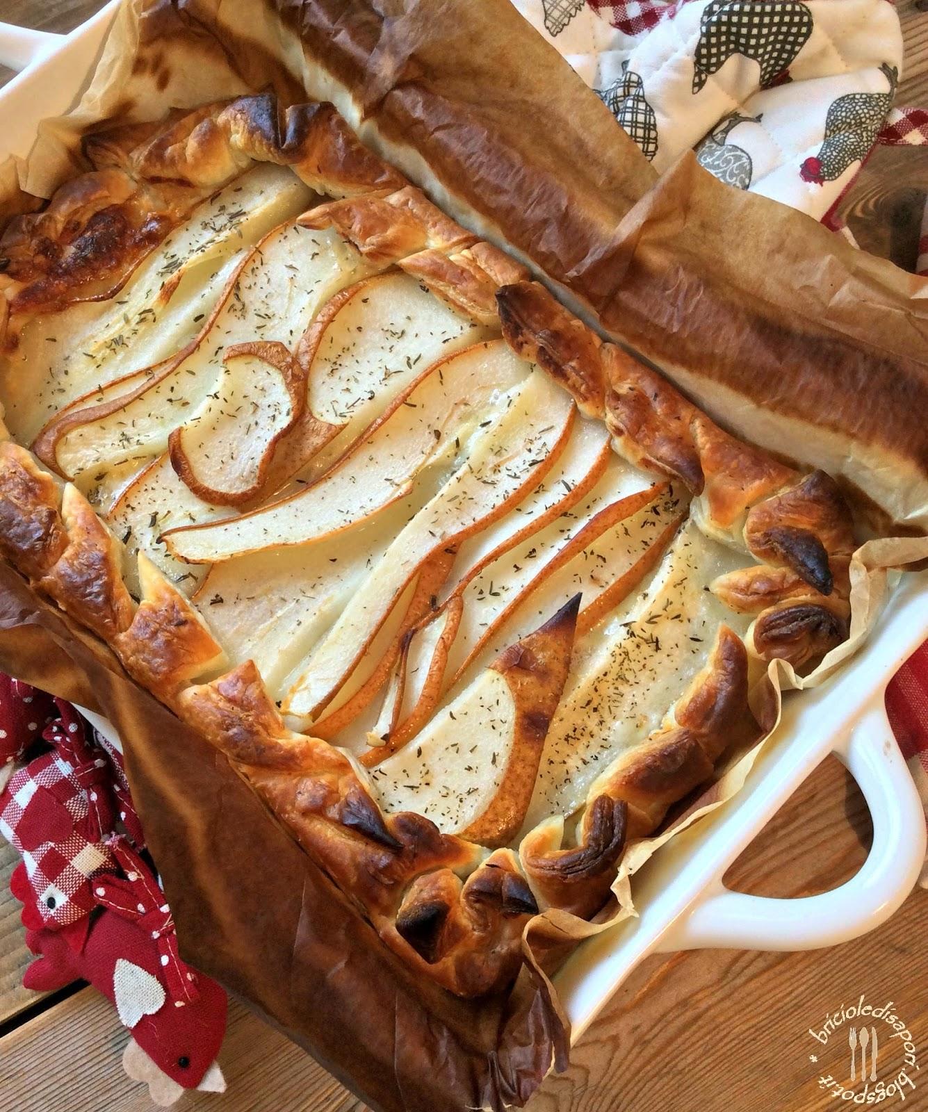 torta salata formaggio, pancetta e pere