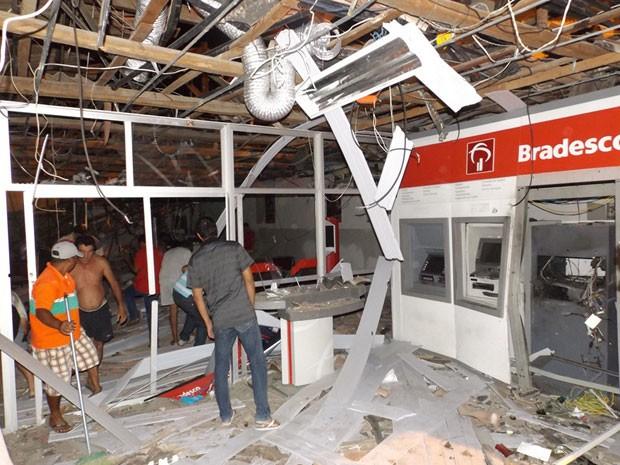 Agência do Bradesco ficou completamente destruída (Foto: Gabriel Araújo / Portaldenoticias.net)